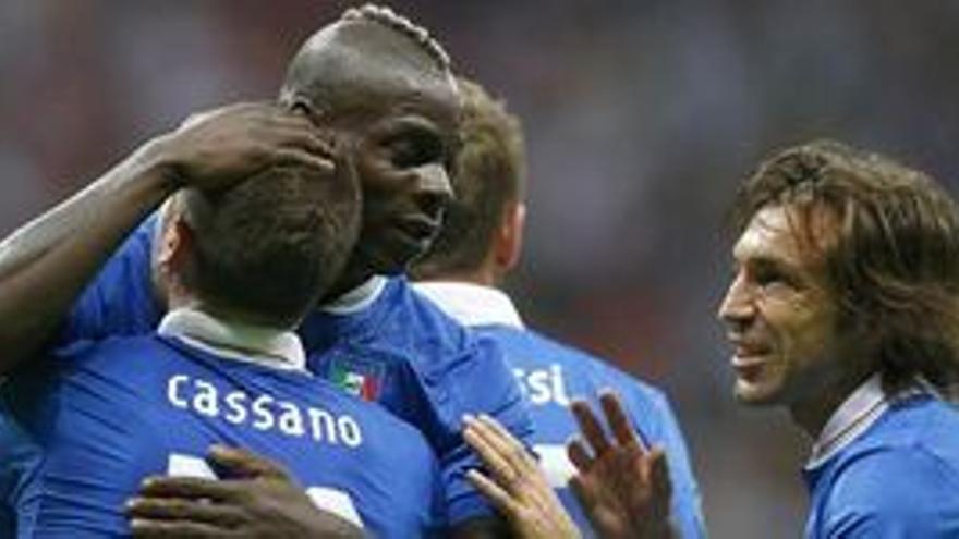 Balotelli celebra uno de los goles. (EUROPA PRESS)