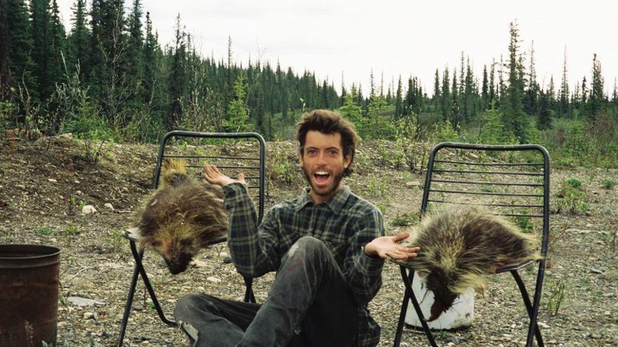 McCandless posando junto a puercoespines cazados. (DP).
