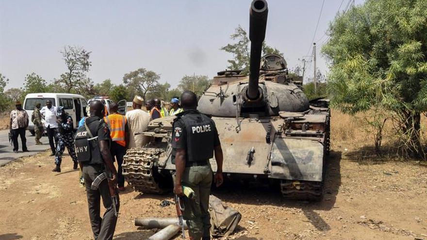 Imagen de archivo. Un tanque utilizado por miembros del grupo yihadista Boko Haram que fueron capturados por las tropas nigerianas, en Uba, Nigeria.