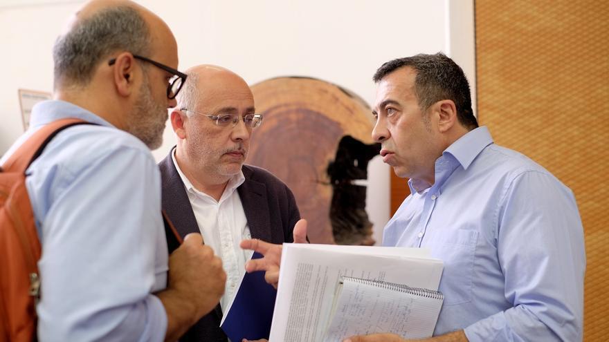Ezequiel Navío conversa con el presidente del Cabildo de Gran Canaria, Antonio Morales, y el consejero de Medio Ambiente, Juan Manuel Brito, en la presentación del Grupo de Acción Climática