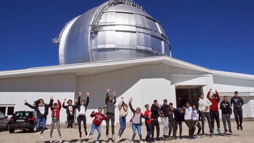 Alumnado de 4º de la ESO del Colegio Santo Domingo de Guzmán durante la visita al Gran Telescopio Canarias (GTC) del programa `Nuestros Alumnos y el ORM'. Crédito: José Fernández / Colegio Santo Domingo de Guzmán.