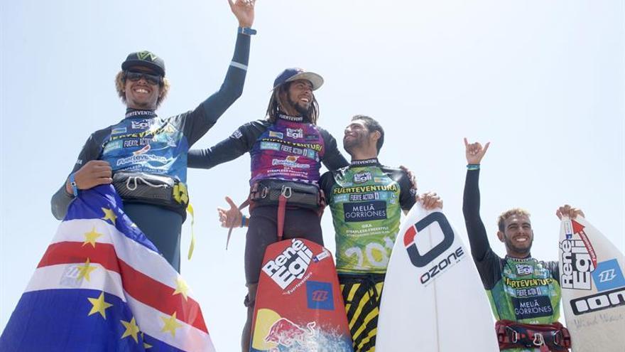El surfista caboverdiano Airton Cozzolino (2i) posa como vencedor de la modalidad Strapless Freestyle del XXXI Campeonato del Mundo de Windsurfing y Kiteboarding de Fuerteventura junto al segundo clasificado, el caboverdiano Matchu Lopez (i); el portugués Paulino Pereira (2d), tercer clasificado; y el italiano Sando Pisu (d), cuarto clasificado. EFE/Carlos De Saá