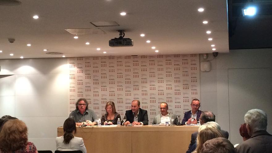 Saül Gordillo, en el centro, acompañado por Tardá, Muñoz, Campuzano y Coscubiela durante la presentación en Blanquerna / M. Pais