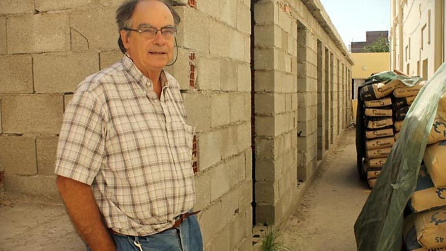 Esteban Velázquez, delante de una de las obras realizadas en Nador para el alojamiento temporal de los migrantes
