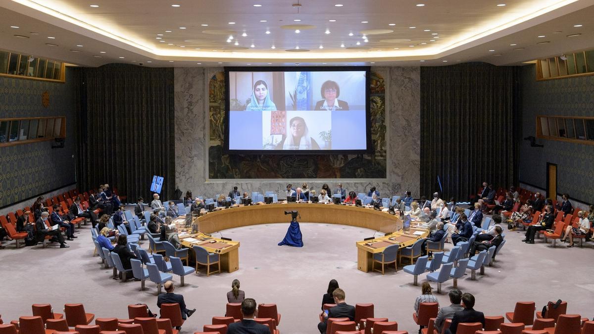 Fotografía cedida por la ONU donde aparecen (en pantalla) la cofundadora y presidenta de la junta del Fondo Malala, Malala Yousafzai (arriba i); la jefa de la Misión de Asistencia de las Naciones Unidas en Afganistán, Deborah Lyons (arriba d), y la fundadora de la Organización de Estudios sobre la Mujer y la Paz, Wazhma Frogh (abajo), mientras se dirigen a la reunión del Consejo de Seguridad sobre la situación en Afganistán este jueves en la sede del organismo en Nueva York (EE.UU.) EFE/Manuel Elías