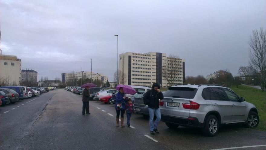 Un aparcamiento en Sansomendi con el hospital de Txagorritxu al fondo