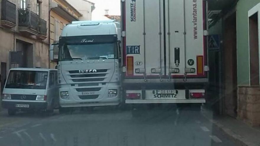 Dos camiones se quedan atascados en Pedralba