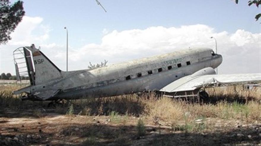 Histórico Douglas DC-3 a la espera de restauración en el aeropuerto de Sabadell.