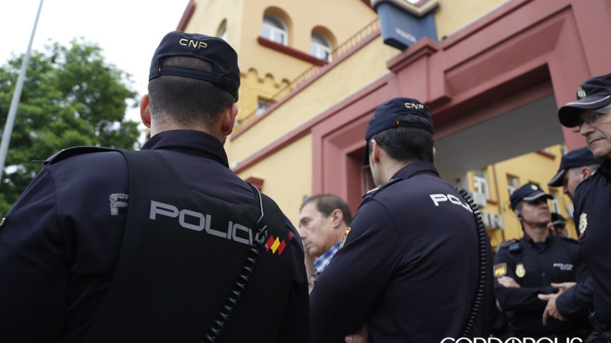 Policías nacionales ante la Comisaría