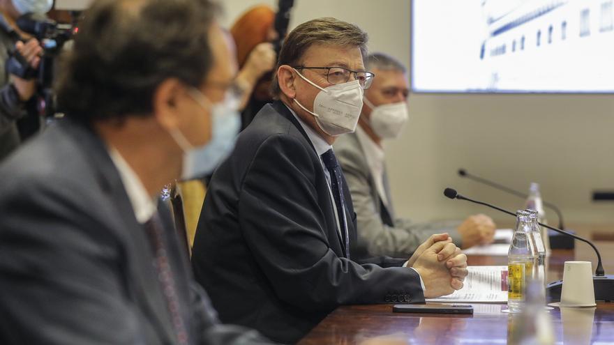 El president de la Generalitat, Ximo Puig (c), durante una reunión con el secretario general de UGT-PV, y el secretario general de CCOO-PV, a 3 de mayo de 2021, en Valencia, Comunidad Valenciana, (España).