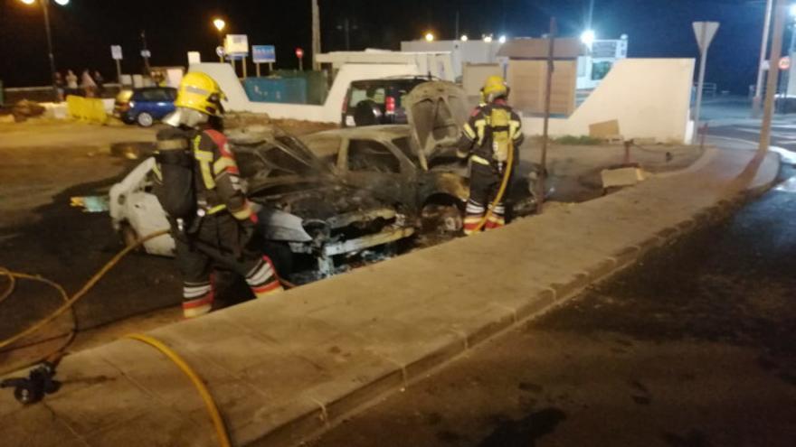 Dos vehículos quedan calcinados en Órzola por las fuertes radiaciones