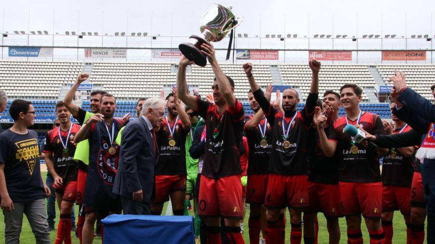 El CD Mensajero levanta la Copa Heliodoro Rodríguez.