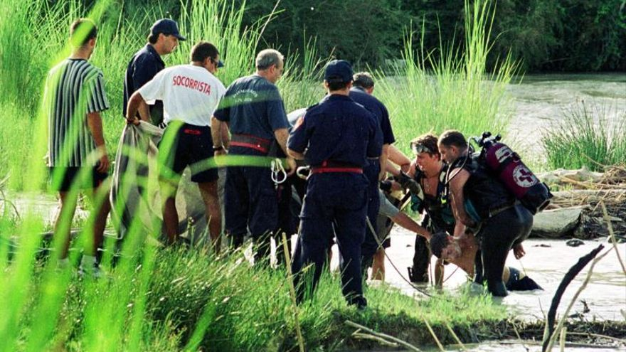 Submarinistas de la Cruz Roja recuperan el cadáver de una persona ahogada.