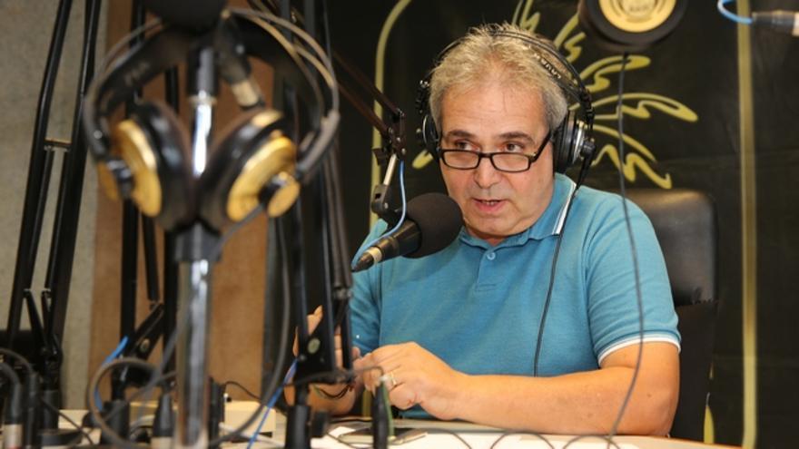 Juan Santana en los estudios de Radio Las Palmas