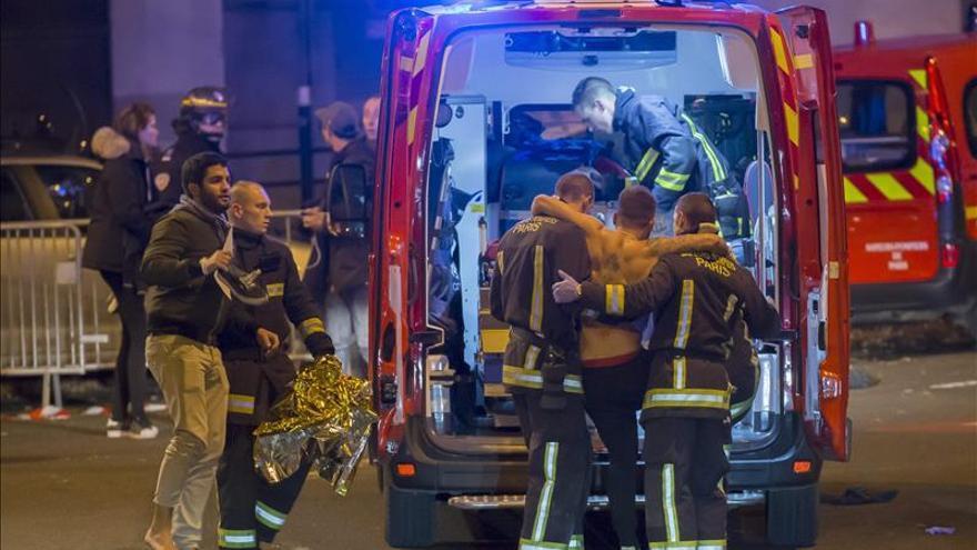 Varias personas heridas son trasladadas en ambulancia en los alrededores del Estado de Francia. EFE
