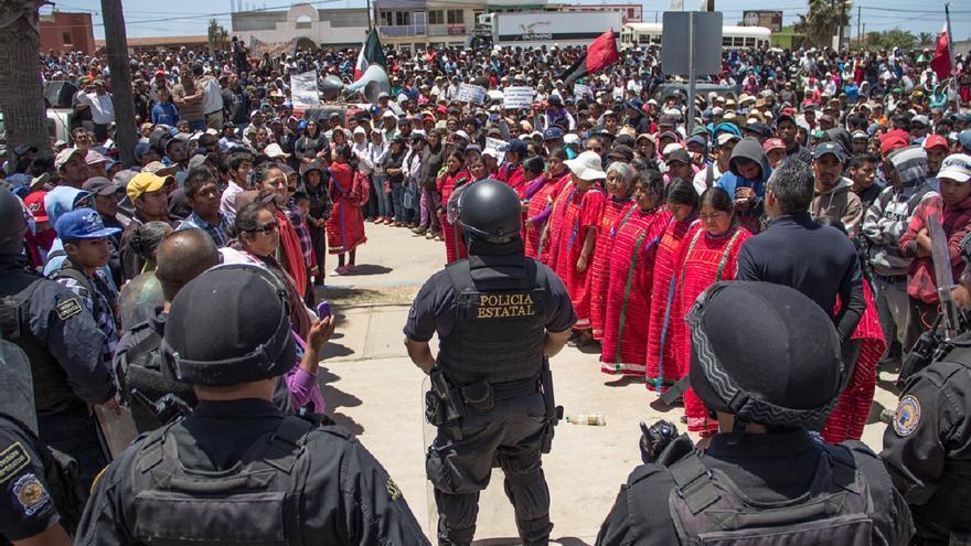 Mujeres triquis forman un pasillo para facilitar al representante del gobierno a que acceda a dar el informe. / Foto: J.P. Martínez.