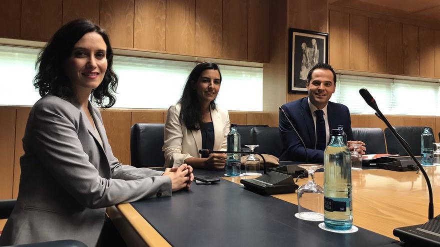 Isabel Díaz-Ayuso, Rocío Monasterio e Ignacio Aguado durante las negociaciones en Madrid.
