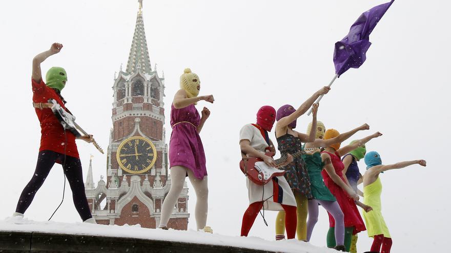 Componentes del grupo Pussy Riot durante una protesta en la plaza Roja de Moscú el 20 de enero de 2012. © Reuters / Denis Sinyakov