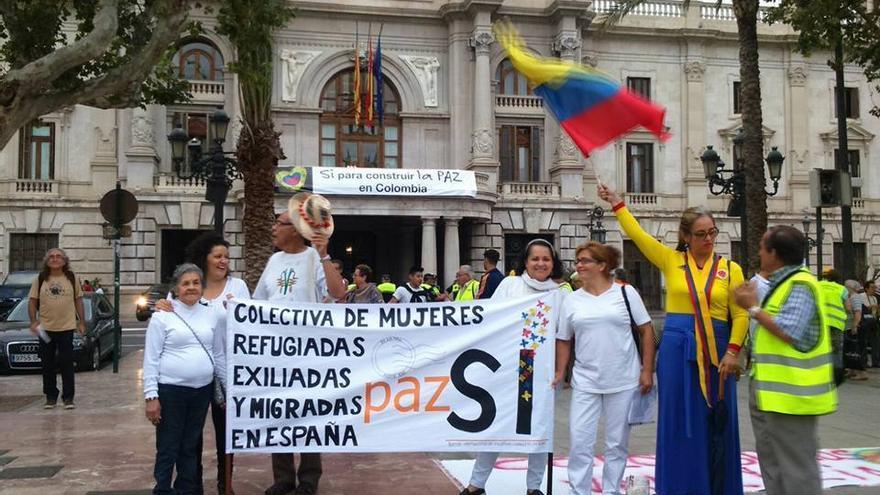 Acto en la plaza del Ayuntamiento de Valencia de La Colectiva de Mujeres Refugiadas y Exiliadas de Colombia en España