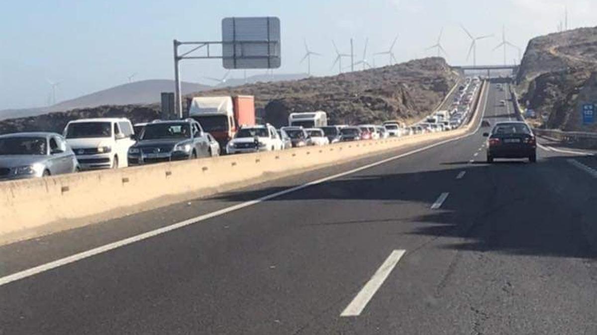 Atasco kilométrico en la TF-1 con sentido Santa Cruz de Tenerife
