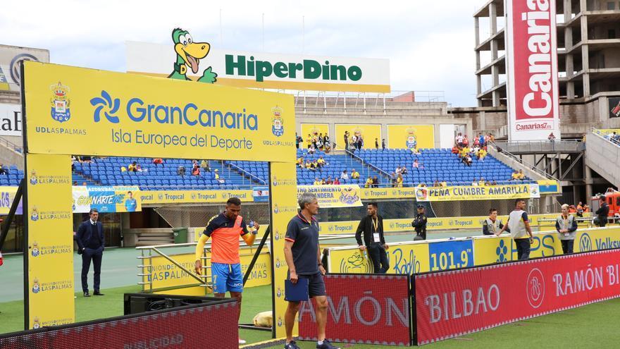 Setién y Boateng, de la UD Las Palmas, salen al campo del Estadio de Gran Canaria para enfrentarse al Atlético de Madrid. Alejandro Ramos.