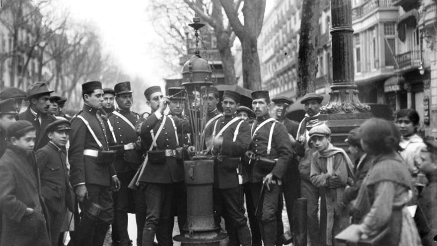 Los militares encendiendo el alumbrado público en La Rambla durante la huelga de la Canadenca