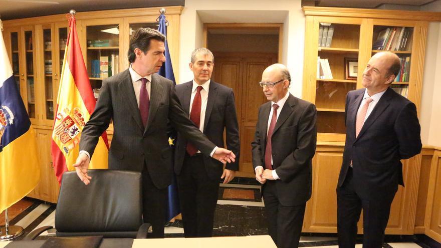 El ministro de Industria José Manuel Soria (d) y el de Hacienda, Cristóbal Montoro (2º por la izq.), junto al consejero de Economía del Gobierno Canario, Pedro Ortega (i) y al presidente canario, Fernando Clavijo (c).