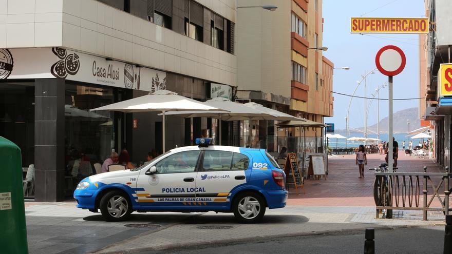 Coche de la Policía Local de Las Palmas de Gran Canaria impidiendo el paso a Las Canteras