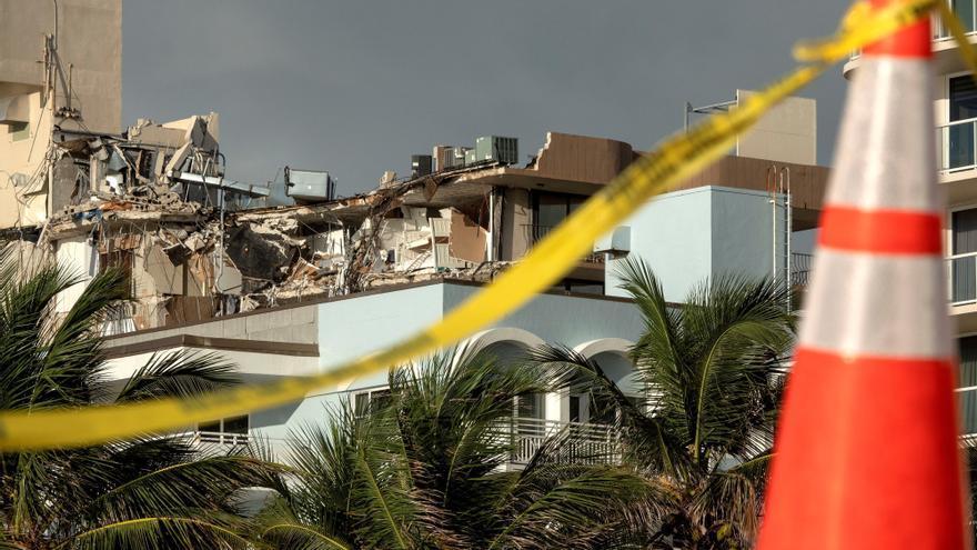 Los escombros que dejó el desplome de un edificio de 12 plantas en Surfside (Miami-Dade)