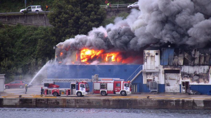 Bomberos actuando en el incendio de Fandicosta, el pasado lunes