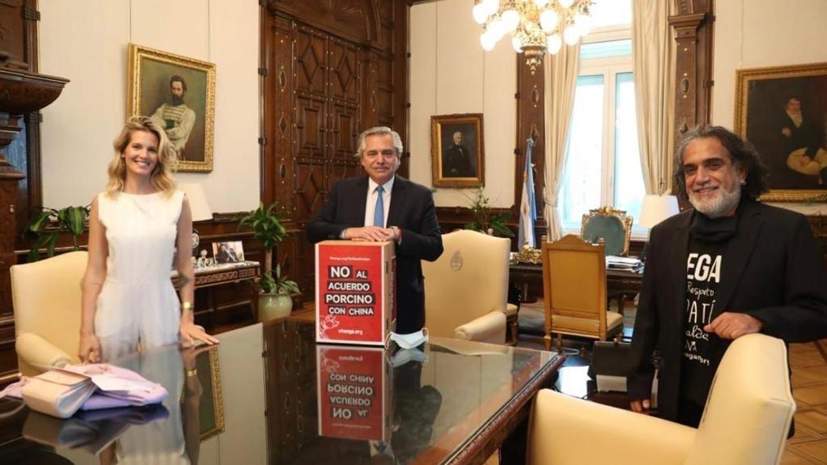 Liz Solari, Alberto Fernández y el presidente de la Unión Vegana,