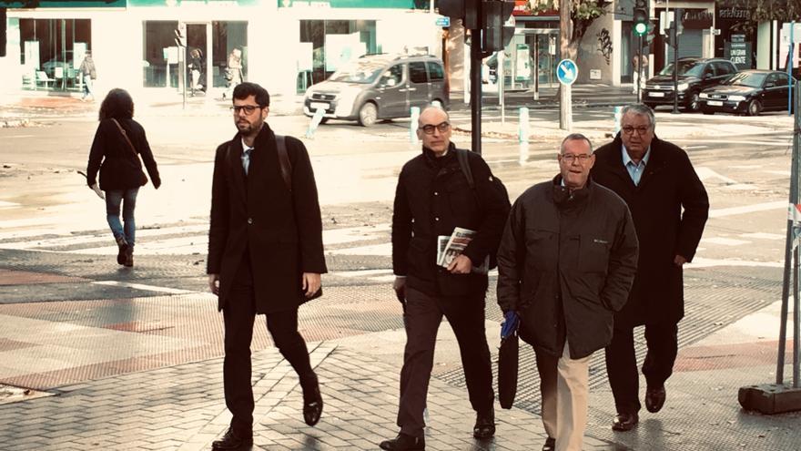 Ramón Tomàs i Riba y Francesc Fernández Joval, a la derecha, junto a sus abogados, este martes en Vitoria