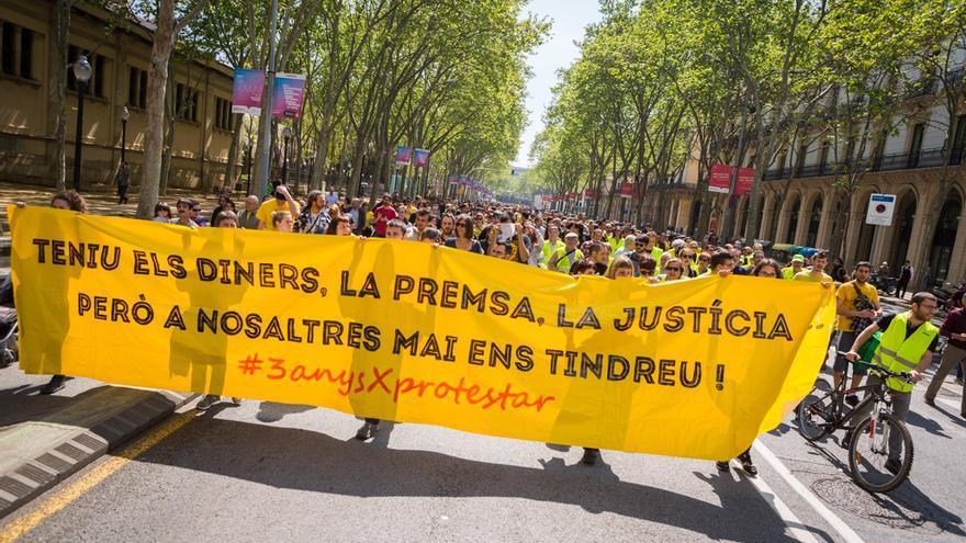 Participants dirigint-se al principi de l'Avinguda Picasso on comença la cadena / ENRIC CATALÀ