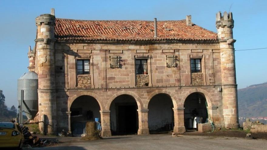 Hispania Nostra denuncia que el palacio del siglo XVII de Cayón se usa de cuadra y aparcamiento