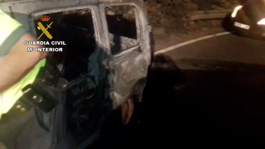 Roba un coche, lo conduce sin tener carné y le prende fuego tras salirse de la vía y sustraer 300 euros