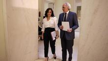 La Consejería de Sanidad se negó a alojar en un hotel a un médico de una residencia mientras hospedaba a un asesor de Ayuso