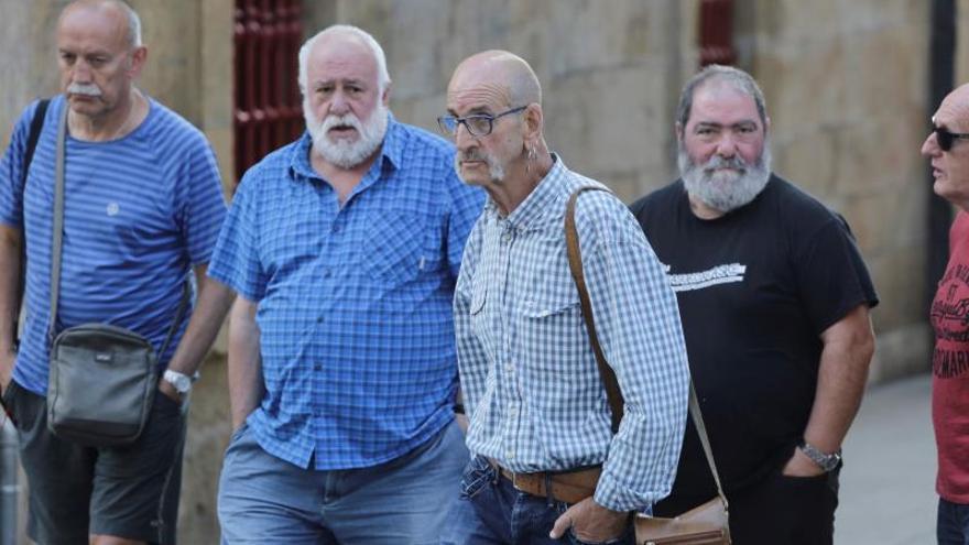 El expreso de ETA Jesús María Zabarte (c) en la localidad guipuzcoana de Oñate para recibir al preso de ETA Xabier Ugarte.