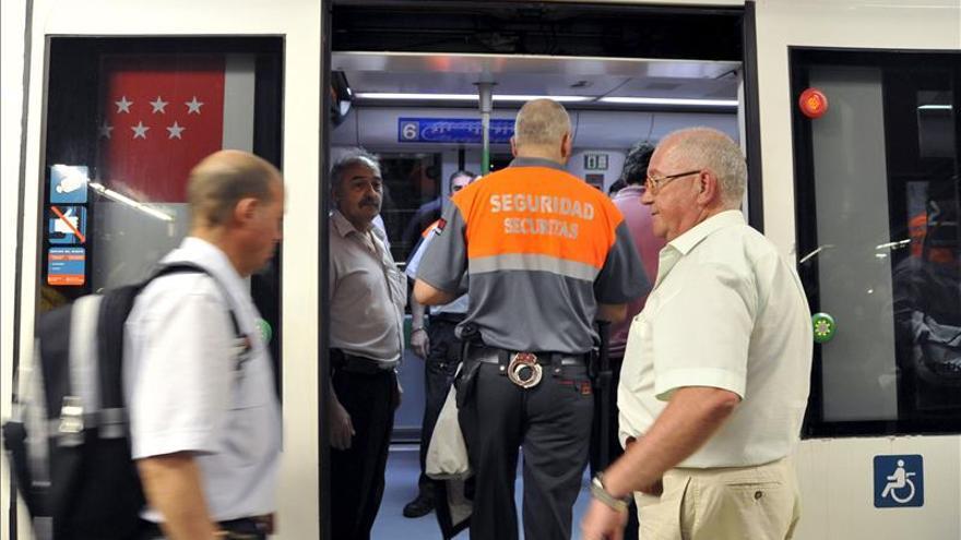 Un vigilante de seguridad en el metro de Madrid.