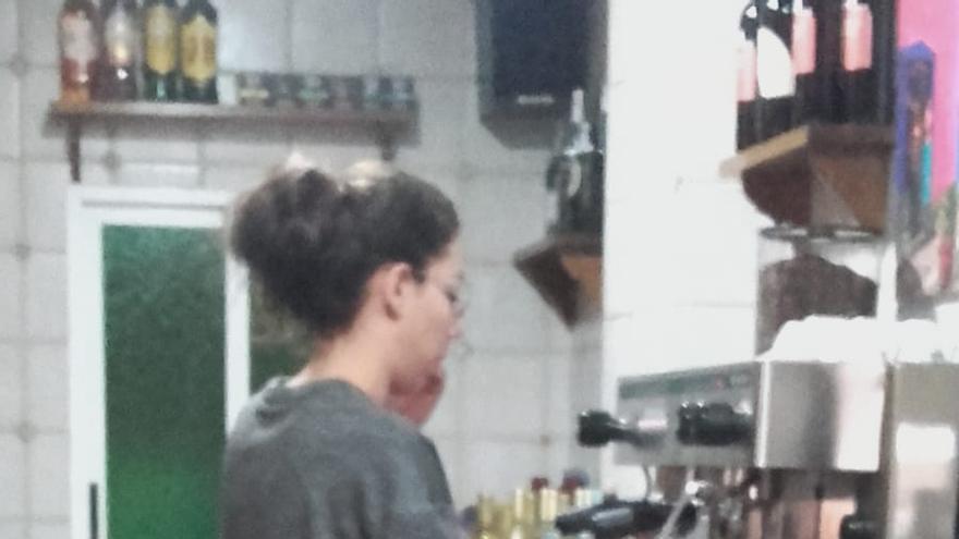 Alicia Ruiz en su bar de Bargas (Toledo)