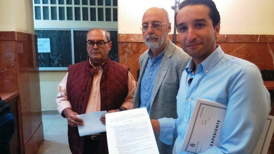 Los portavoces de los tres grupos de la oposición presentes un pacto de mínimos / Twitter @CsBadajoz