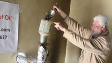Ibrahim Soboh y su máquina para fabricar combustible (Foto: Mohammed Asad, Middleeastmonitor.com)