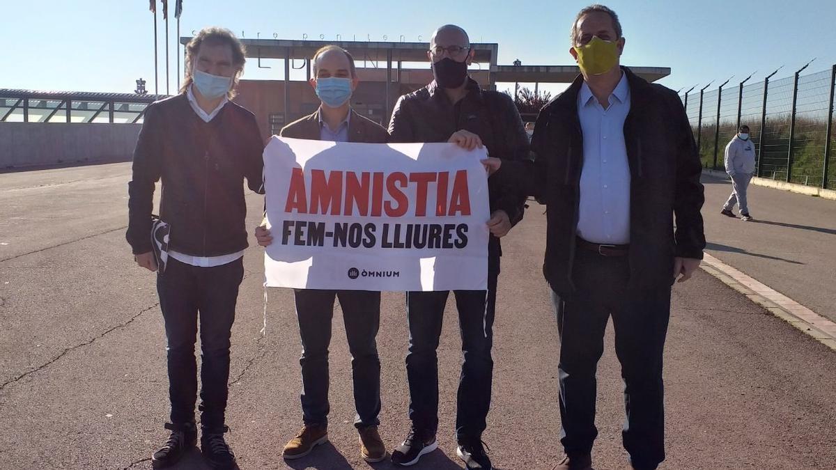 El presidente de Òmnium, Jordi Cuixart, y los exconsellers Jordi Turull, Raül Romeva y Joaquim Forn, a las puertas de la cárcel de Lledoners (Barcelona).