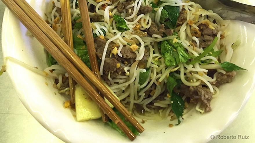 Palillos y no cubiertos para comer en Asia