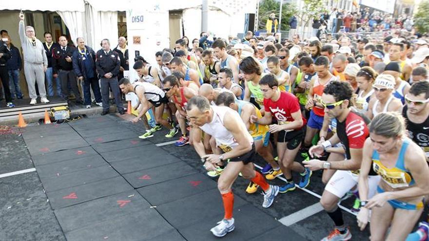 Salida de la quinta edición de la Maratón de Gran Canaria, que se celebró hoy por las calles de Las Palmas de Gran Canaria. EFE/Elvira Urquijo A.