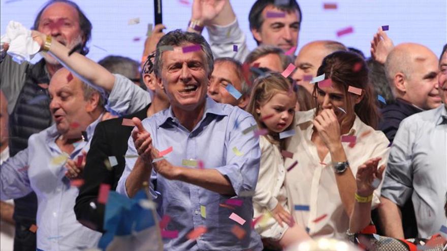 El líder del frente opositor Cambiemos, Mauricio Macri, saluda a sus seguidores en Buenos Aires