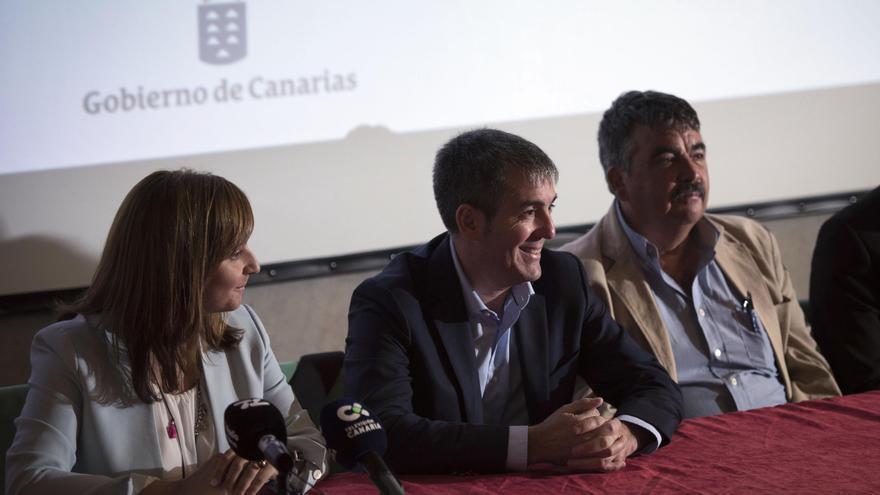 Nieves Lady Barreto, Fernando Clavijo y Juan González -consejero de Medio Ambiente del Cabildo-, en el acto de presentación de los Equipos de Intervención y Refuerzo Forestales (EIRIF).