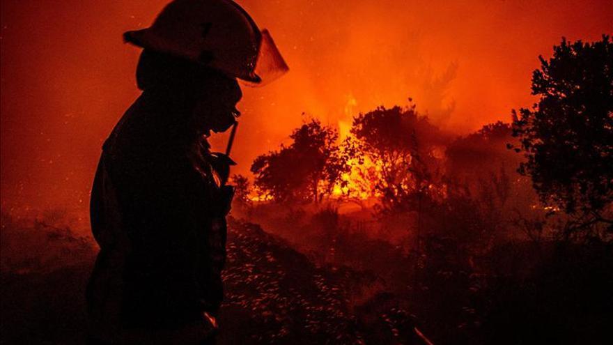 Una nube de humo cubre la capital chilena debido a los incendios forestales