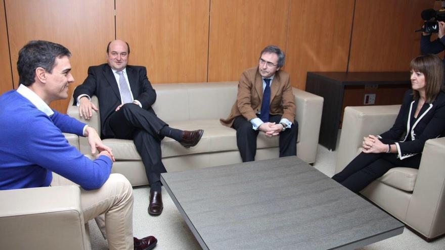 Los máximos dirigentes socialistas en España y Euskadi, junto a Andoni Ortuzar, presidente del PNV.