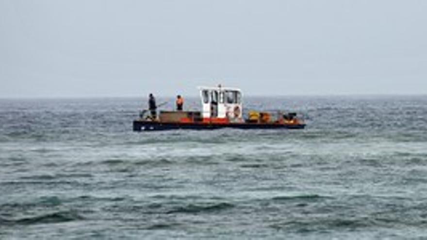 El barco de recogida de aguavivas, este martes en Las Canteras. (ACFI PRESS)