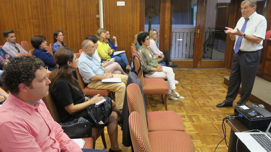 El doctor Erio Zigio, durante la conferencia que ha pronunciado en el Salón de Plenos del Cabildo de La Palma.